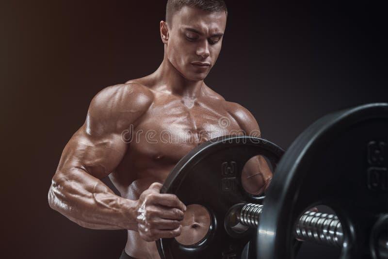 爱好健美者准备做与杠铃的锻炼 免版税库存照片