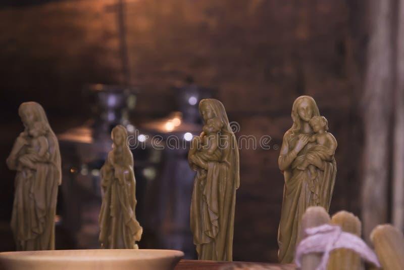 爱好和创造性,工艺 信念和宗教,基督教 圣徒蜡烛形象从在昏暗的光的人工做的蜂蜡的 库存照片
