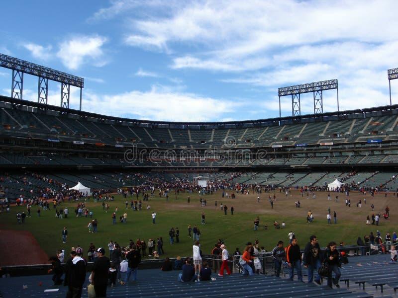 爱好者欣赏天在ATT公园开始棒球季节 库存照片