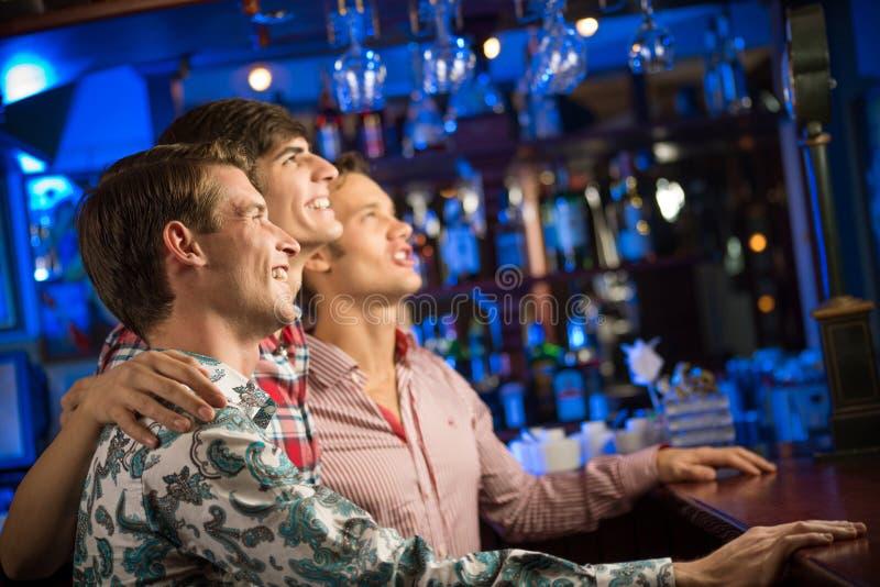 爱好者的画象在酒吧的 免版税库存照片