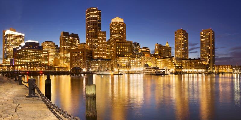 从爱好者码头的波士顿,马萨诸塞,美国地平线在晚上 免版税库存图片