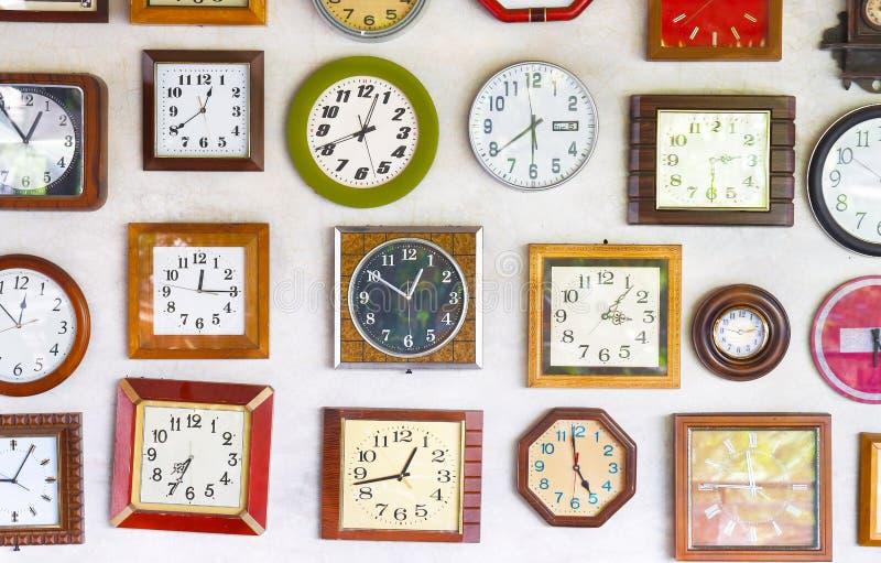 爱好者装配了时钟图象时数图象少许奇怪的墙壁制表者 库存图片