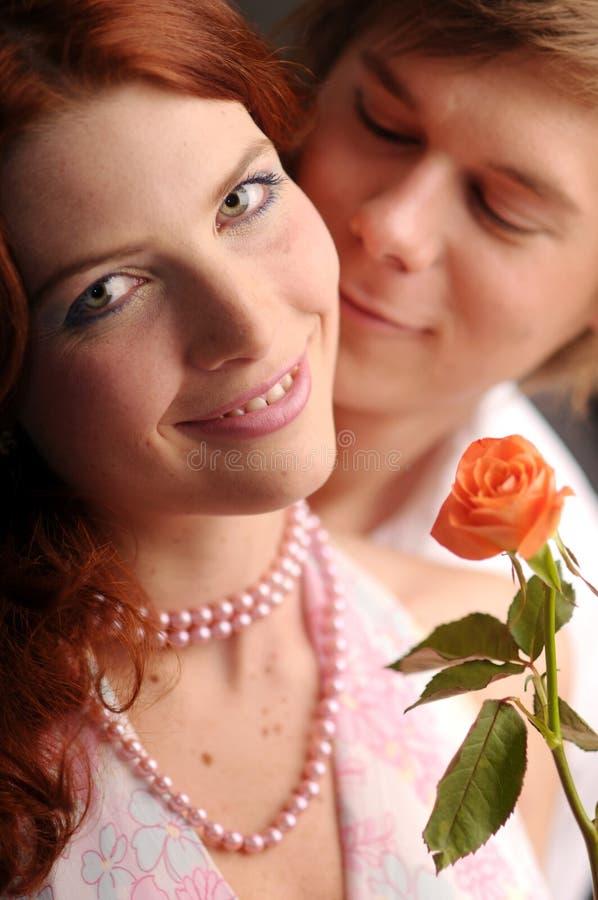 爱对玫瑰年轻人 免版税库存照片