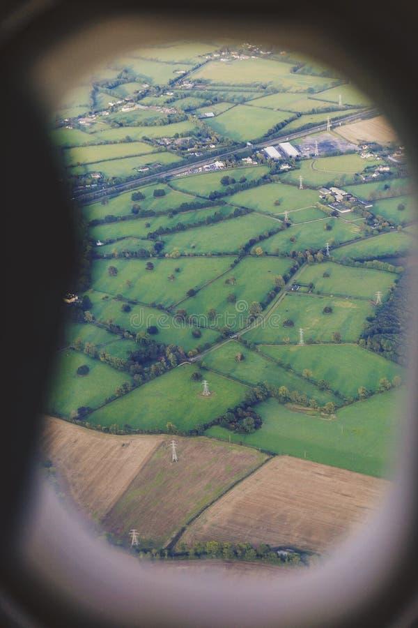 爱尔兰乡下的鸟瞰图,当登陆在都伯林时 免版税库存照片