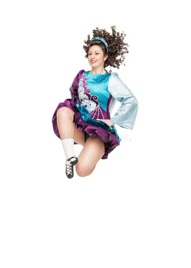 爱尔兰人舞蹈礼服跳跃的少妇 免版税库存照片