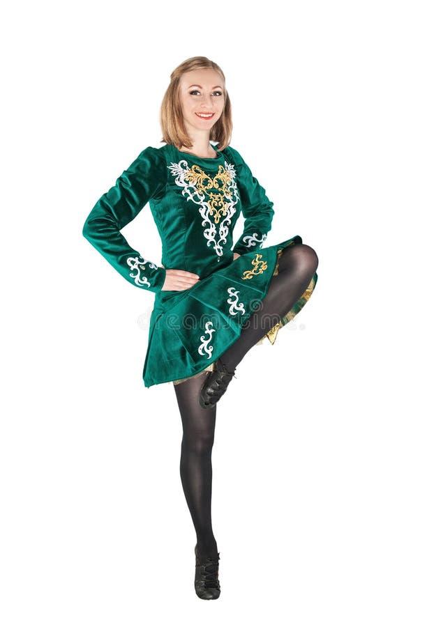 爱尔兰人舞蹈绿色礼服跳跃的孤立的美丽的少妇 免版税库存照片