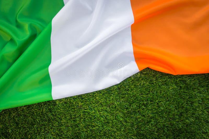 爱尔兰共和国的旗子绿草的 免版税库存图片