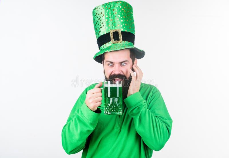 爱尔兰客栈 酒精消耗量整体部分圣徒patricks天 发现文化 爱尔兰传统 人残酷有胡子 库存照片