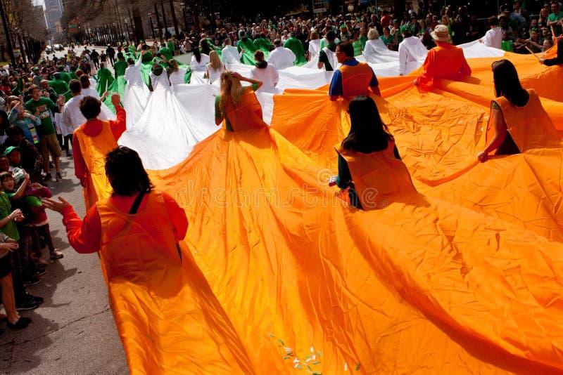 爱尔兰的人的旗子通过游行驾驶 库存图片