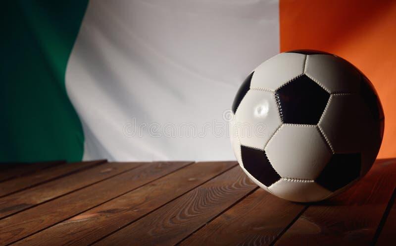 爱尔兰的旗子有橄榄球的在木板 库存照片