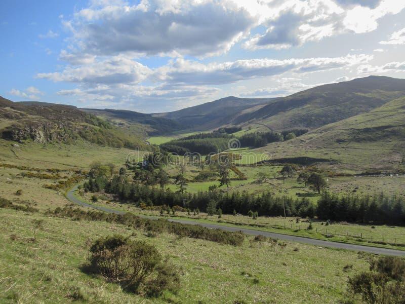 爱尔兰的风景有路、山和云彩的 免版税图库摄影