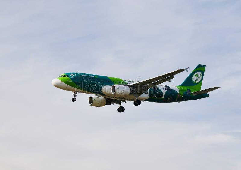 爱尔兰航空航空公司飞机飞行在天空的 免版税库存图片