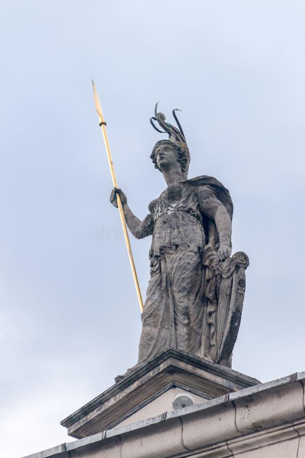 爱尔兰都柏林邮政总局的希伯尼亚雕像 库存照片