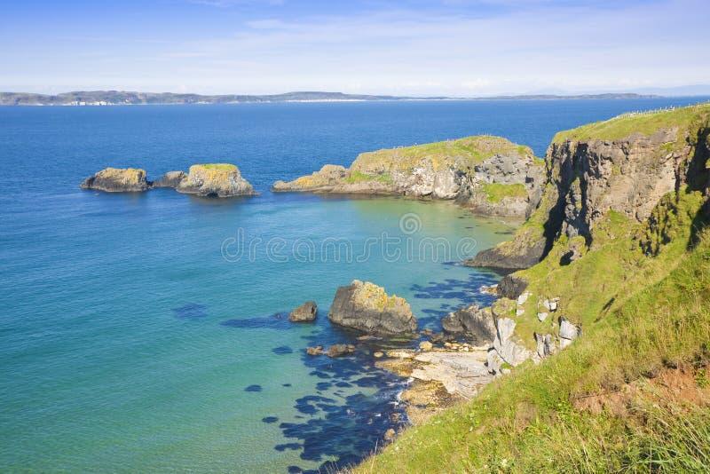 爱尔兰风景在有峭壁和风平浪静的爱尔兰北部在夏天seasonCounty安特里姆-英国 免版税库存照片