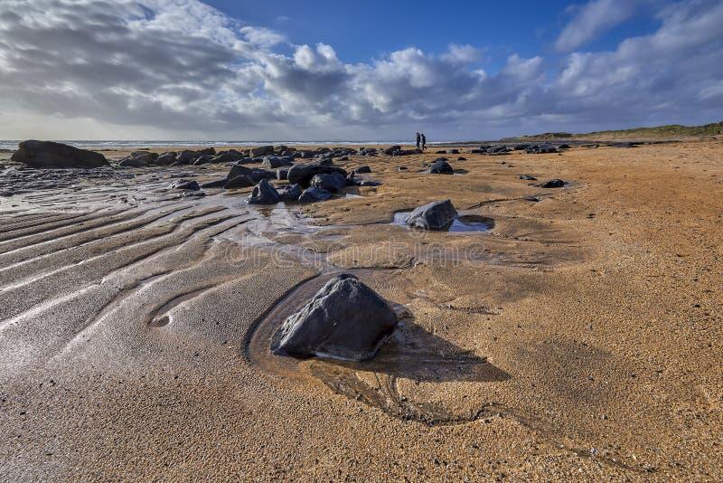 爱尔兰,与密集的橙色沙子和黑色的Fanore海滩 图库摄影