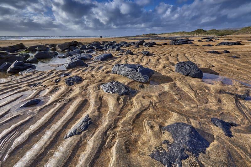 爱尔兰,与密集的橙色沙子和黑色的Fanore海滩 库存图片