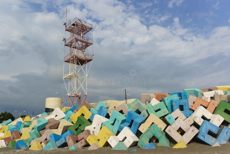爱德乐在明亮的混凝土防护结构的海港航海塔  多云天在初夏 免版税库存照片