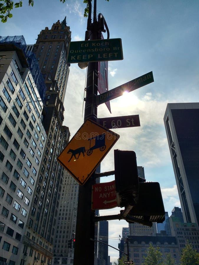 爱德科赫皇后区大桥保留左,用马拉的支架横穿标志,中间地区,曼哈顿, NYC, NY,美国 库存照片