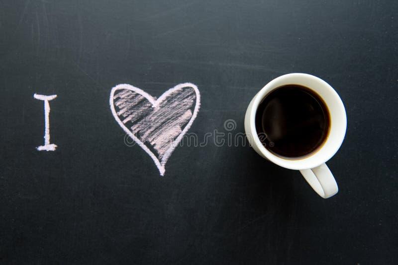 爱心脏在黑板的乱画图画顶视图  库存图片