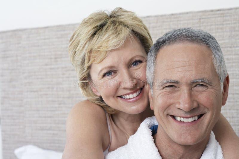 爱恋夫妇微笑 库存图片