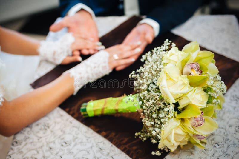 爱恋的夫妇在咖啡馆坐他们的婚礼 免版税库存图片