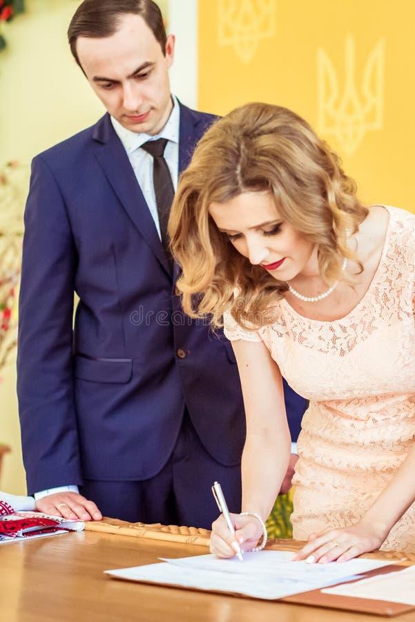 爱恋的夫妇在注册处 免版税库存图片