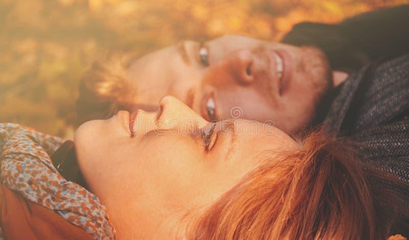 爱恋的夫妇在秋天公园 库存照片