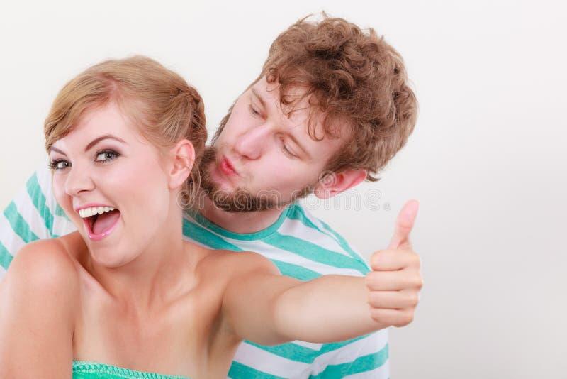 爱恋的夫妇女孩举行赞许姿态 免版税库存照片
