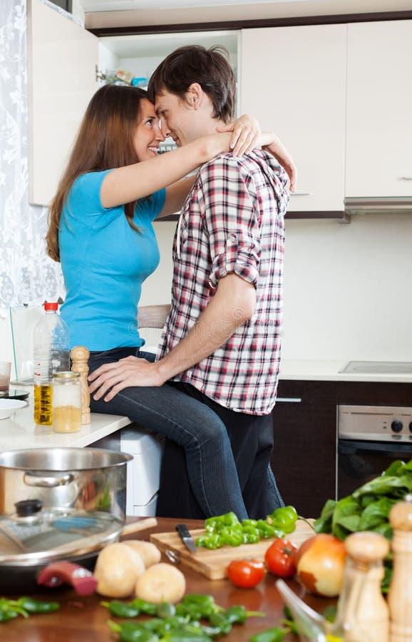爱恋的夫妇有性在桌上在厨房 免版税库存图片