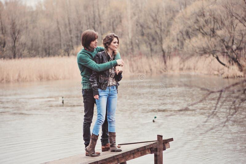 年轻爱恋的夫妇生活方式室外捕获在步行的在早期的春天 免版税库存照片