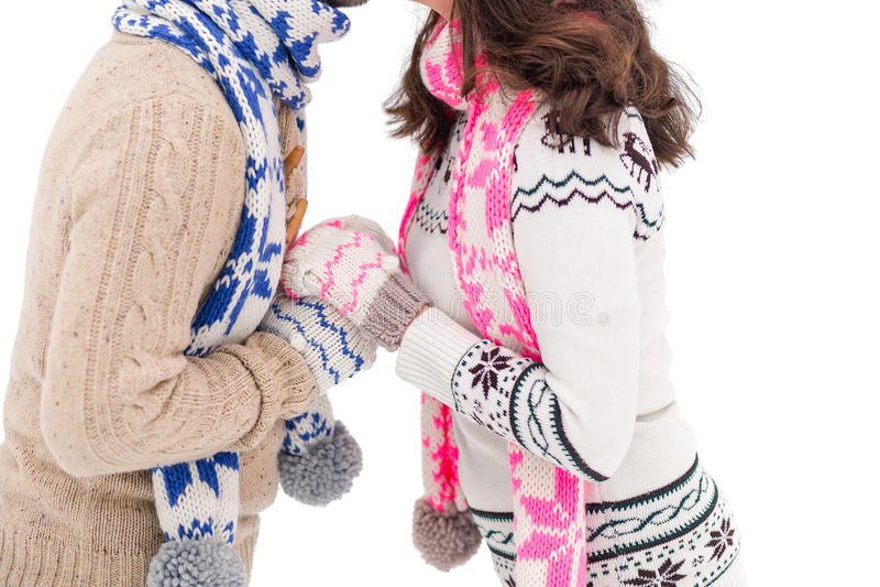 爱恋的夫妇的手在手套的有围巾特写镜头的 冬天爱和假期的概念 免版税库存照片