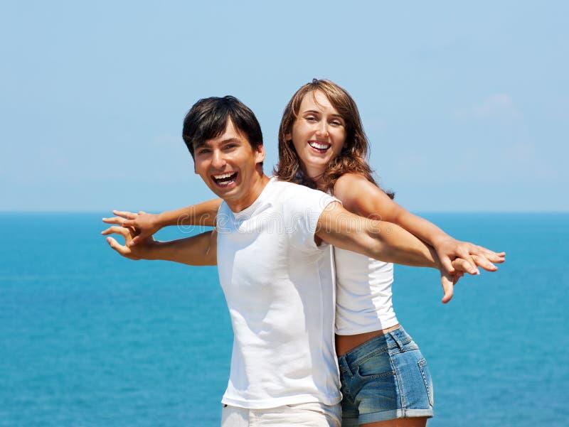 爱恋的夫妇纵向由海运的 免版税图库摄影