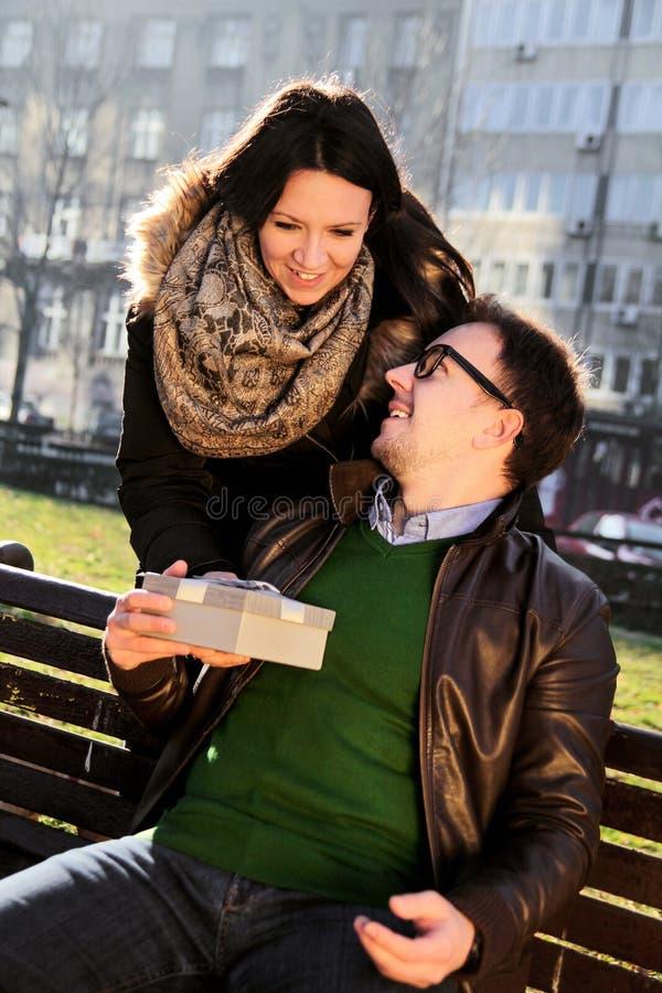 爱恋的女孩有她的男朋友的一件情人节礼物 库存照片