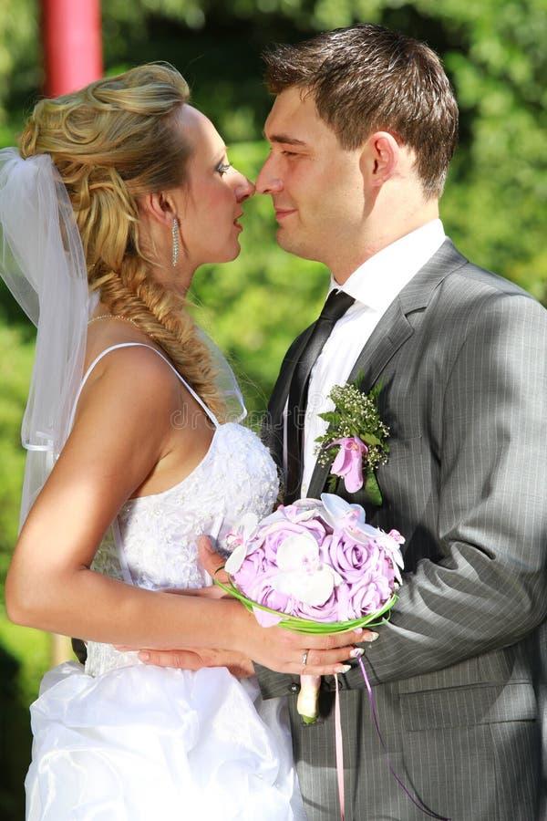 爱恋的婚礼夫妇 免版税图库摄影