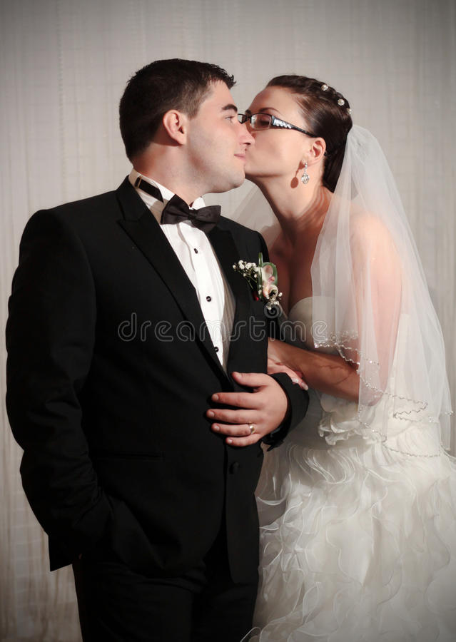 爱恋的婚礼夫妇 免版税库存图片