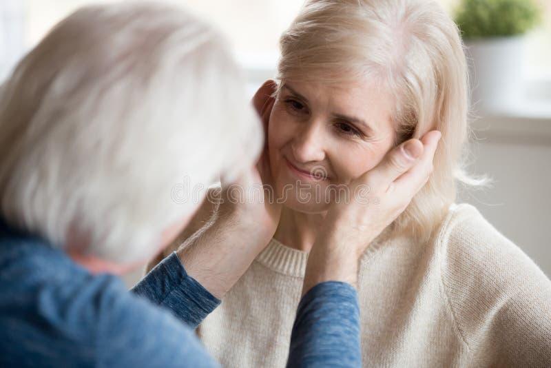 爱恋的感恩的中年matur的人感人的美丽的面孔 库存图片