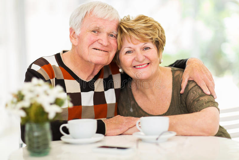 爱恋的资深夫妇 免版税库存图片