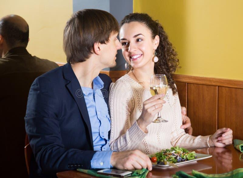 爱恋的年轻夫妇吃晚餐在餐馆 库存照片