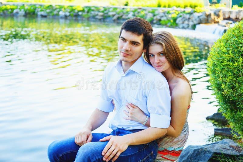 爱恋的年轻夫妇在公园 库存照片