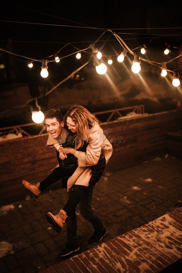 爱情故事,滑稽的人民,在街道的步行 免版税库存照片