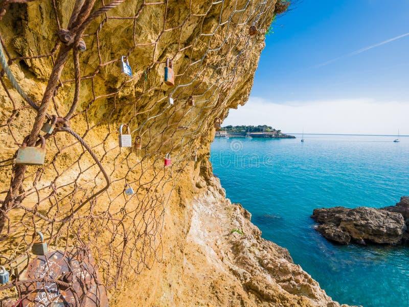 爱挂锁在莱里奇峭壁,诗人的海湾的,在5 Terre附近,利古里亚 库存图片