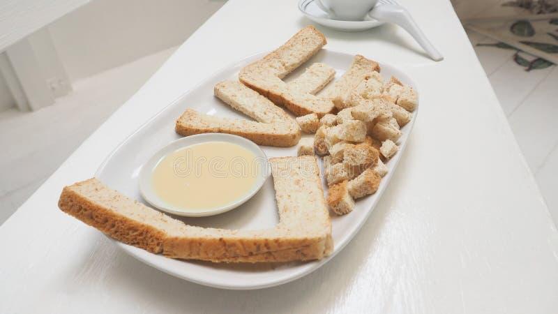 爱早餐创造想法,并且健康是全麦面包和m 免版税库存照片