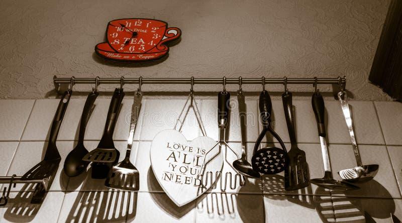 _爱是所有你需要-厨房充满with爱和家庭温暖 免版税库存图片