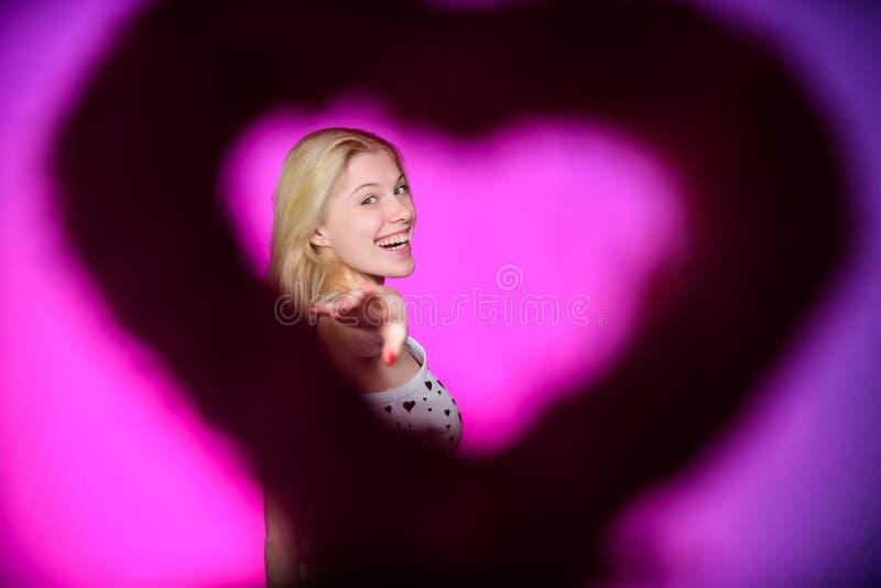 爱是最大的珍宝 有装饰心脏的妇女 日期 日重点例证查出爱言情s华伦泰白色 浪漫问候 红色上升了 免版税库存照片