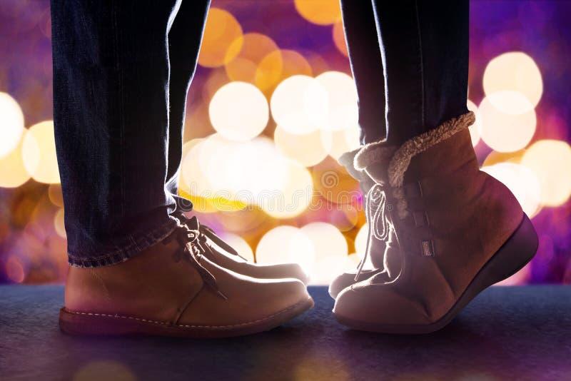 爱概念,亲吻在冬天浪漫N的夫妇的低部分 免版税库存照片