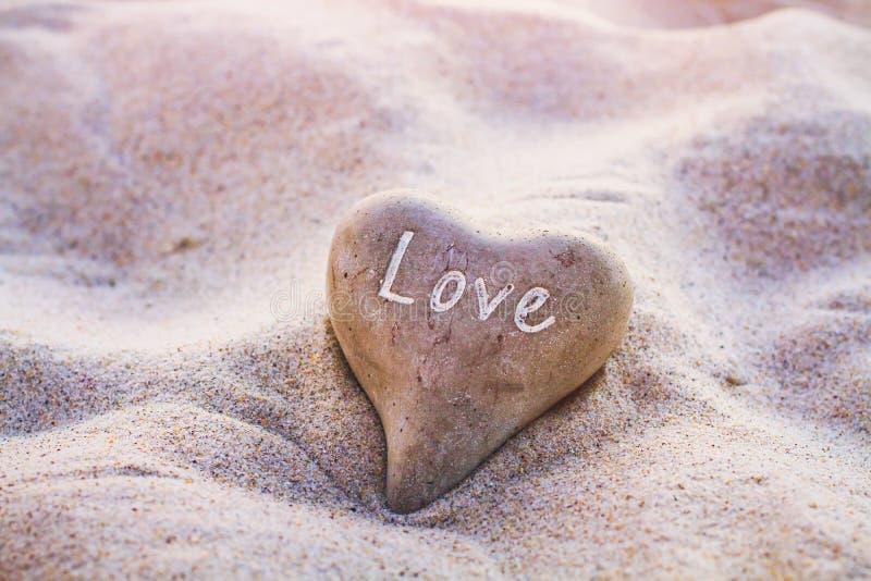 爱概念,在沙子的心脏 免版税库存照片