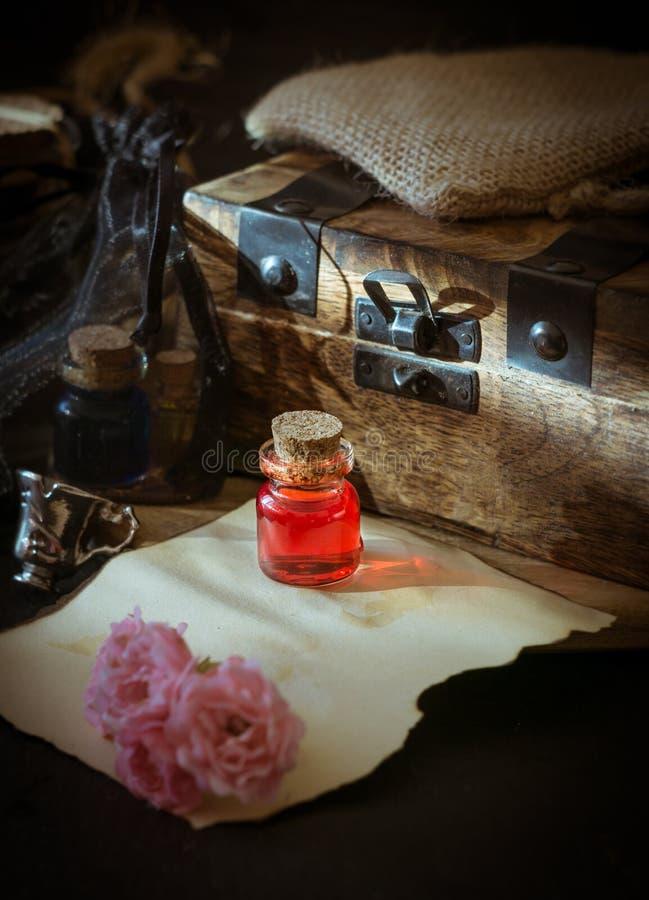 爱毒物,在瓶的红色饮料 概念查出的魔术白色 免版税库存照片
