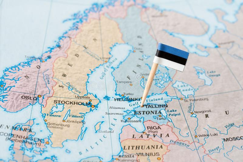 爱沙尼亚在地图的旗子别针 免版税库存照片