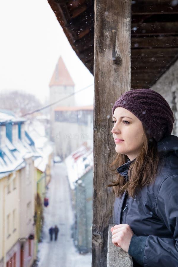 爱沙尼亚塔林冬景,女人望而却步 免版税图库摄影