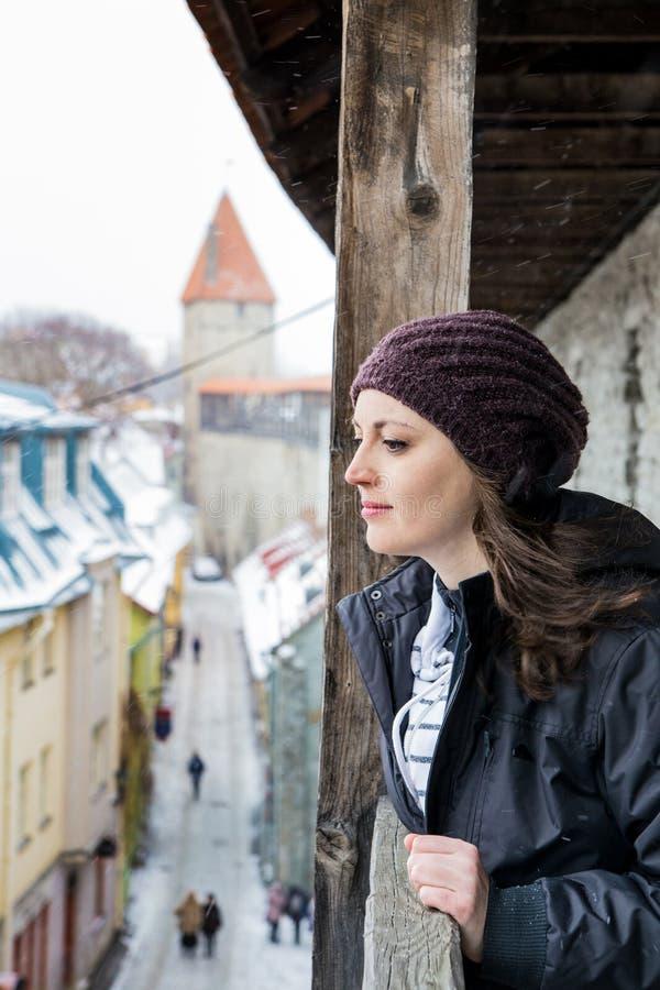 爱沙尼亚塔林冬景:女人低头 免版税库存图片